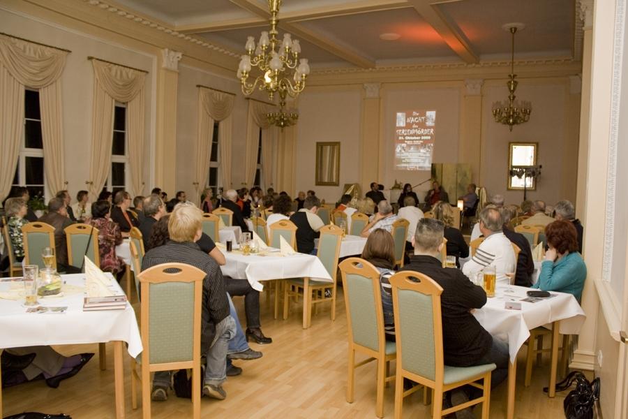 """Kriminaliafreunde während der """"Nacht der Serienmörder"""" am 31. Oktober 2009 in der """"Goldenen Henne"""" zu Arnstadt"""