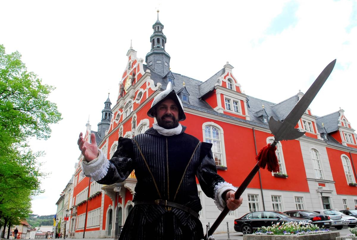 Hans Stahl vor dem Rathaus - Foto von Hans Peter Stadermann, TA