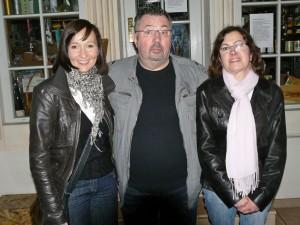 Kriminalia-Freund Erich Koch flankiert von zwei charmanten Damen