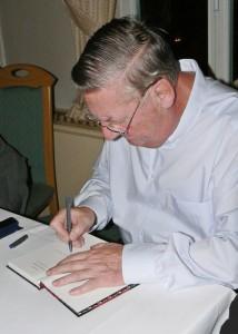 Klaus Dalski beim Signieren (Foto Erich Koch)