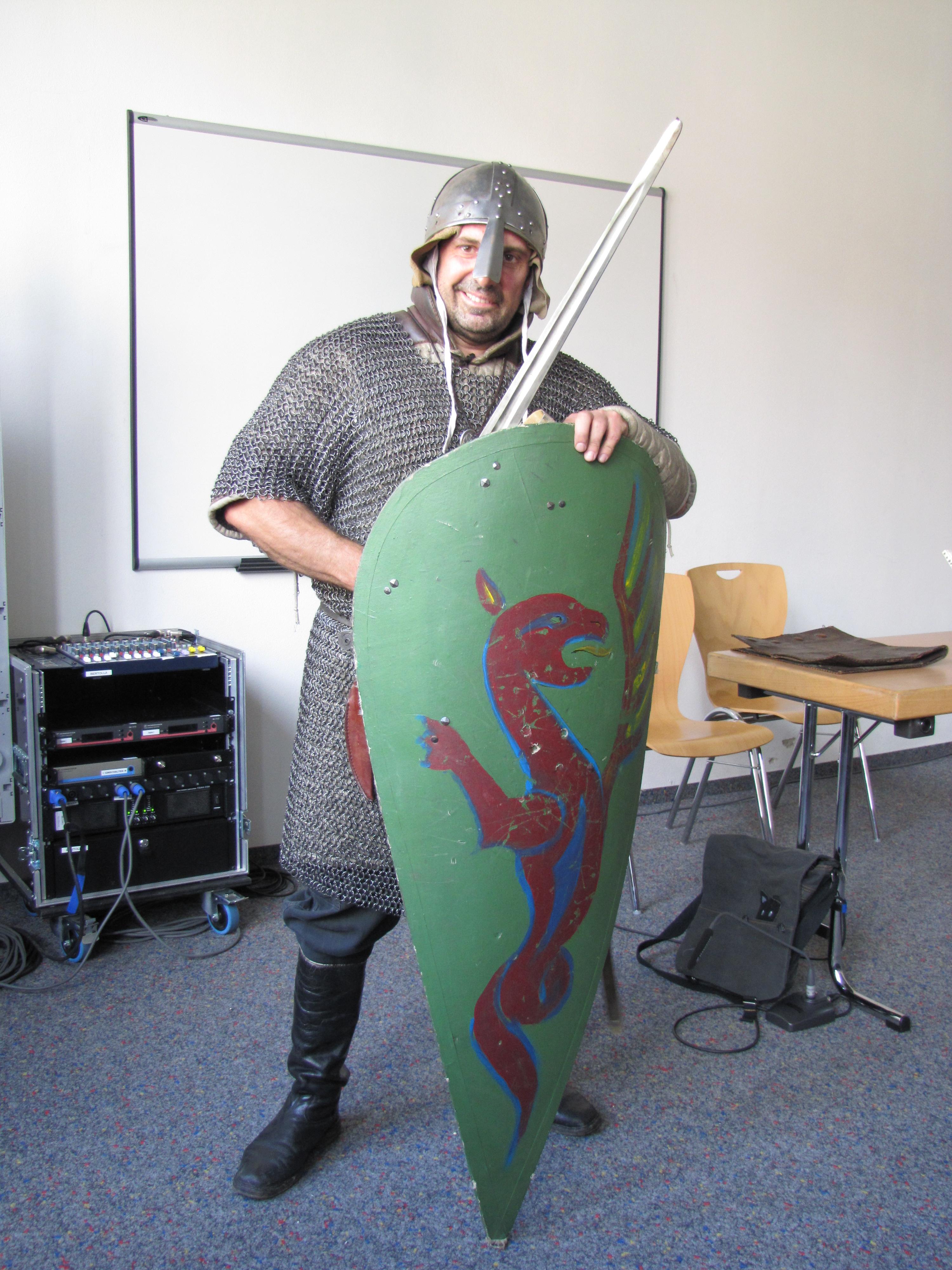 Drachenjäger mit Drachenschild, Schwert und Kettenhemd