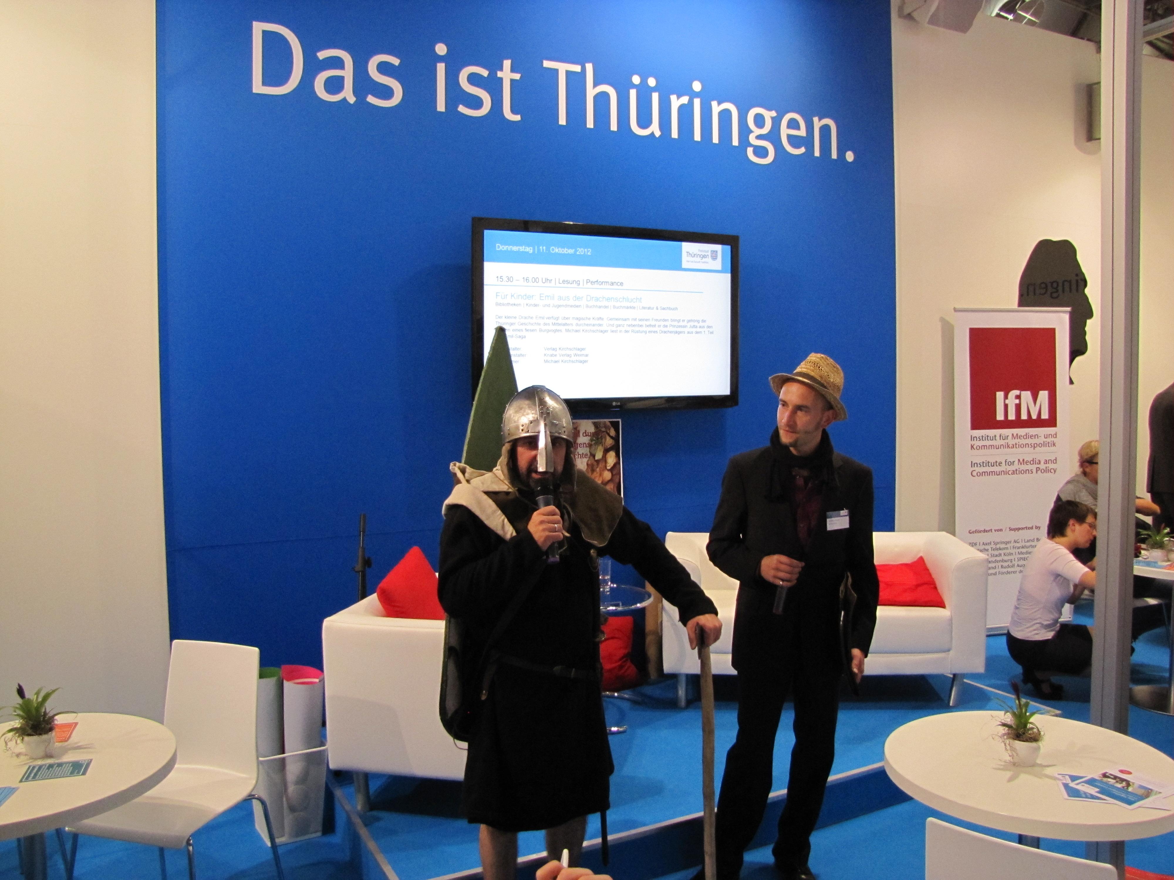 Mit Verleger Steffen Knabe vom Weimarer Knabe Verlag auf der Bühne des großen Thüringenstandes.